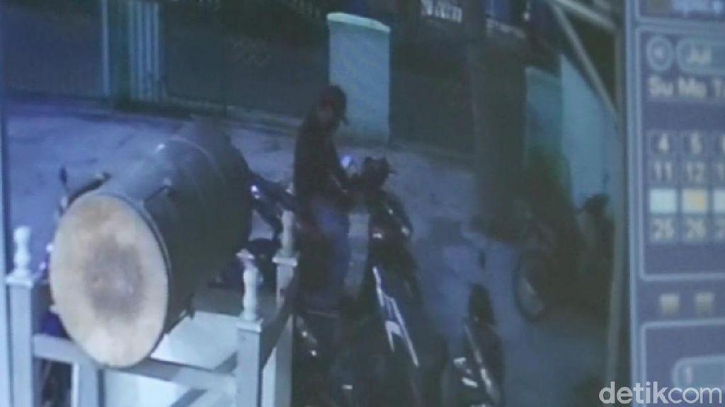 Pria Berjaket Ojol Terekam Kamera Curi Motor di Masjid Purwakarta