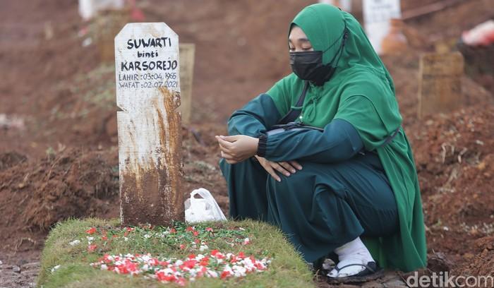 Pemakaman khusus COVID-19 di TPU Padurenan, Kota Bekasi, ramai dikunjungi warga. Mereka datang untuk berziarah ke makam anggota keluarga saat Idul Adha.