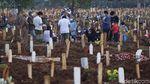 Saat Warga Bekasi Ramai-ramai Ziarah ke Pemakaman COVID-19