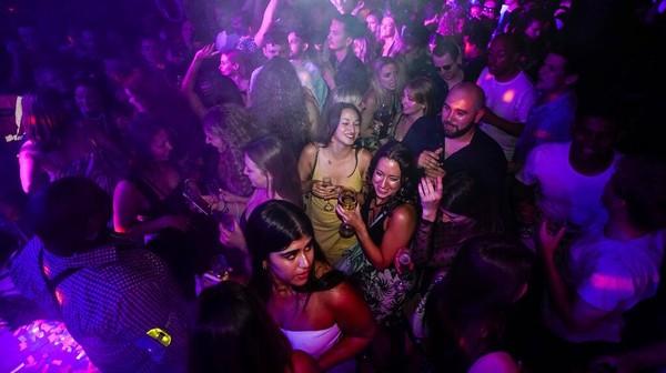 Foto: AP Sejumlah anak muda pun ramai-ramai mendatangi kelab malam di London untuk berpesta merayakan hari kebebasan usai pembatasan COVID-19 dilonggarkan. AP Photo/Alberto Pezzali.