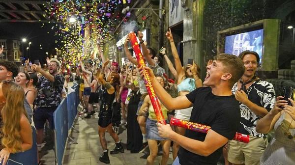 Perayaan dilonggarkannya pembatasan COVID-19 di Inggris itu pun dilakukan oleh para anak muda di berbagai kawasan Negara Ratu Elizabeth II itu. AP Photo/Ioannis Alexopoulos.