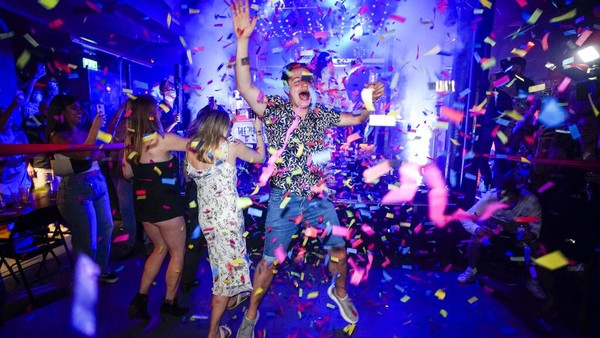 Begini suasana di salah satu kelab malam London saat Inggris melonggarkan pembatasan COVID-19 pada Senin (19/7) kemarin. AP Photo/Alberto Pezzali.
