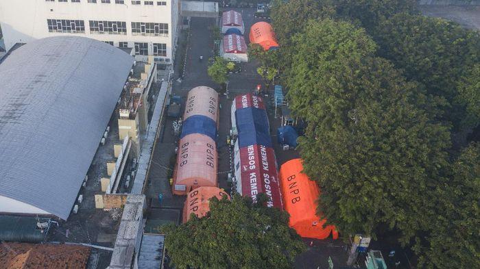 Foto udara sejumlah tenda darurat yang dijadikan ruang triase di halaman RSUD Bekasi, Jawa Barat, Selasa (20/7/2021). Pemerintah setempat akan membongkar tenda darurat karena penurunan pasien positif COVID-19 dan penambahan ruang perawatan di Rumah Sakit Darurat (RSD) Stadion Patriot Chandrabhaga yang dapat menampung 217 pasien bergejala ringan. ANTARA FOTO/ Fakhri Hermansyah/foc.