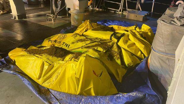 Tim SAR gabungan kembali menemukan 6 ABK yang jadi korban kecelakaan 18 kapal di perairan Kalbar akibat cuaca buruk (dok TNI AL)
