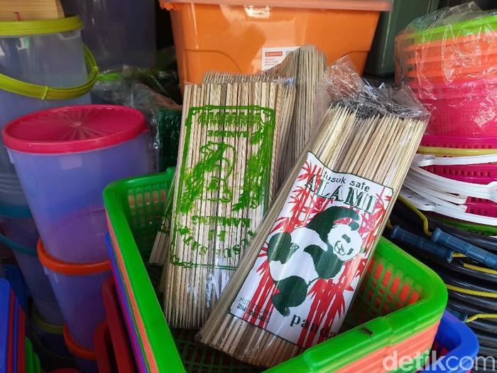 Penjual tusuk sate di Surabaya merasa ada yang beda dengan Idul Adha tahun ini. Sebab, dagangannya mereka sepi pembeli tak seperti tahun lalu.