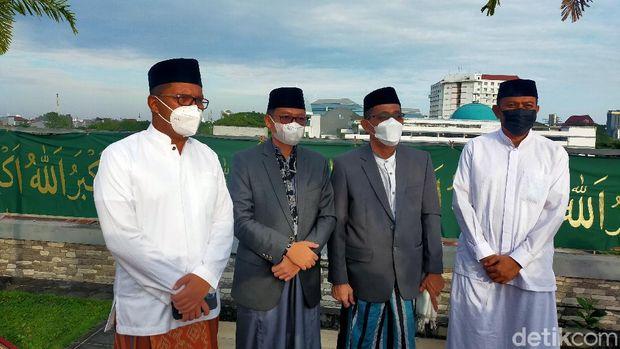Walkot Makassar Danny Pomanto salat Idul Adha di rumahnya. Danny berpesan ke masyarakat untuk rela 'berkurban' melepas ego dengan cara tidak berkerumun. (Ibnu Munsir/detikcom)
