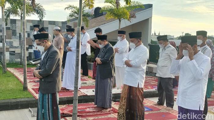 Walkot Makassar Danny Pomanto salat Idul Adha di rumahnya. Danny berpesan ke masyarakat untuk rela berkurban melepas ego dengan cara tidak berkerumun. (Ibnu Munsir/detikcom)