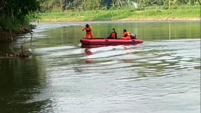 Warga Kediri hanyut di Sungai Brantas saat mencuci daging kurban. Ia yakni Ismail (19), warga Desa Sukoanyar, Kecamatan Mojo.