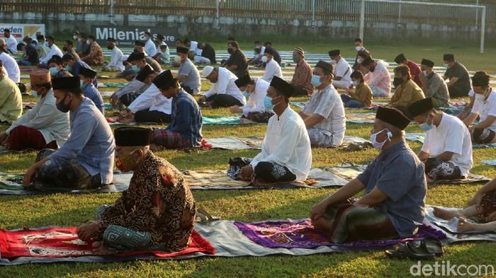 Warga Desa Ngembalrejo Kecamatan Bae, Kudus, Jawa Tengah gelar salat Idul Adha. Salat digelar di lapangan dan menerapkan protokol kesehatan.