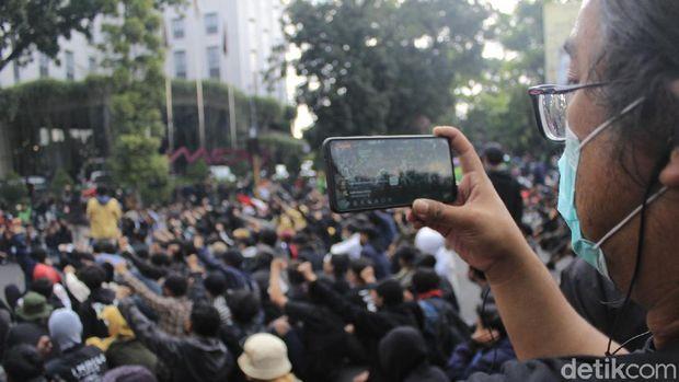 Aksi tolak PPKM di Bandung