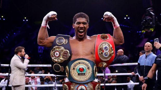 DIRIYAH, SAUDI ARABIA - DECEMBER 07: Anthony Joshua poses for a photo with the IBF, WBA, WBO & IBO World Heavyweight Title belts after the IBF, WBA, WBO & IBO World Heavyweight Title Fight between Andy Ruiz Jr and Anthony Joshua during the Matchroom Boxing 'Clash on the Dunes' show at the Diriyah Season on December 07, 2019 in Diriyah, Saudi Arabia (Photo by Richard Heathcote/Getty Images)