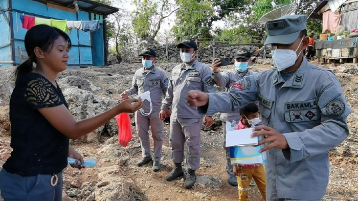 Bakamla bagikan masker ke warga pesisir NTT