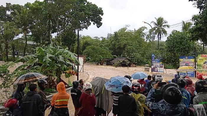Banjir menutup akses jalan nasional penghubung dua kecamatan di Cilacap, Rabu (21/7/2021).