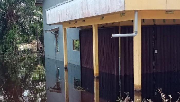 Banjir yang menggenangi rumah warga di Desa sejegi, kecamatan mempawah Timur, Rabu (21/7) (dok BPBD Kab Mempawah)