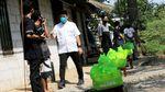 Berbagi Daging Kurban untuk Masyarakat Terdampak Pandemi