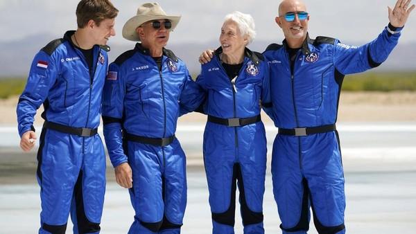 Daemen terbang bersama Jeff Bezos, Mark Bezos, dan pilot wanita berumur 82 tahun bernama Wally Funk. Selama 11 menit, mereka berwisata ke luar angkasa. (AP)