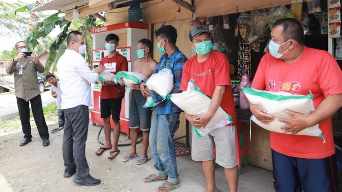 Bupati Kebumen Arif Sugiyanto membagikan beras kepada warga, Rabu (21/7/2021).