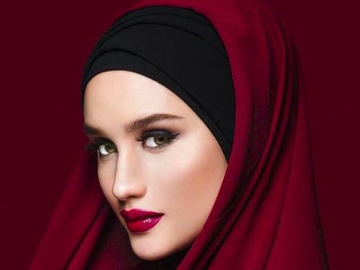 penampilan Cinta Laura pakai hijab.