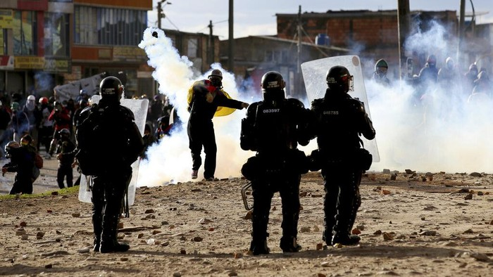 Protesters clash with police during an anti-government protest in Bogota, Colombia, Tuesday, July 20, 2021, as the county marks its Independence Day. (AP Photo/Leonardo Munoz)