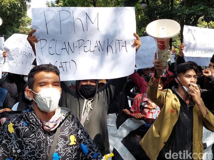Massa dari kalangan driver ojek online, pedagang dan mahasiswa berunjuk rasa di depan Balai Kota Bandung, Rabu (21/7). Mereka menolak perpanjangan PPKM di Kota Bandung.