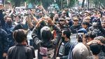Foto-foto Massa Ojol-Pedagang Demo Tolak PPKM di Bandung