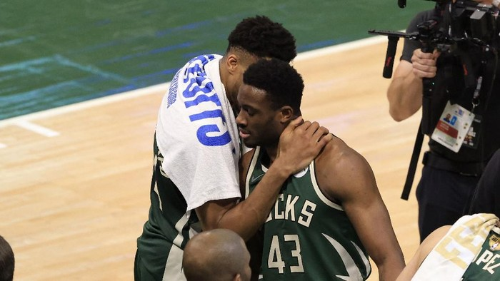 MILWAUKEE, WISCONSIN - JULY 11: Giannis Antetokounmpo #34 and his brother Thanasis Antetokounmpo #43 of the Milwaukee Bucks celebrate their victory over the Phoenix Suns in Game Three of the NBA Finals at Fiserv Forum on July 11, 2021 in Milwaukee, Wisconsin. NOTE TO USER: User expressly acknowledges and agrees that, by downloading and or using this photograph, User is consenting to the terms and conditions of the Getty Images License Agreement.   Justin Casterline/Getty Images/AFP (Photo by Justin Casterline / GETTY IMAGES NORTH AMERICA / Getty Images via AFP)