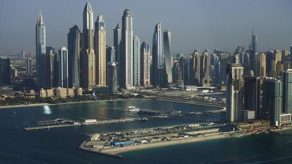 Meskipun Dubai dikelilingi oleh gurun pasir, mereka tidak bisa bergantung pada sumber berlimpah emirat. Sekitar 120 juta meter kubik pasir harus dikeruk dan dibawa dari bawah Gulf Persia, 10 mil laut dari kepulauan Palm Jumeirah. AP Photo/Jon Gambrell