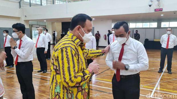 Ketua KPK Firli Bahuri melepas 19 pegawai KPK yang tak lolos tes wawasan kebangsaan (TWK) untuk mengikuti Diklat Bela Negara di Unhan sebagai syarat menjadi ASN (Azhar Bagas/detikcom)