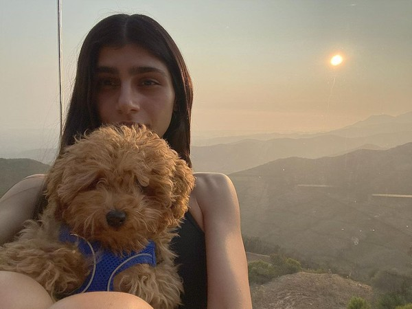 Anjing kesayangannya, Bella, kerap jadi teman perjalanan Mia.(Instagram/Miakhalifa)