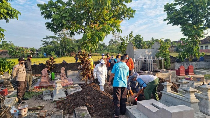 Makam di Klaten dibongkar karena tali pocong jenazahnya belum dilepas, Rabu (21/7/2021).