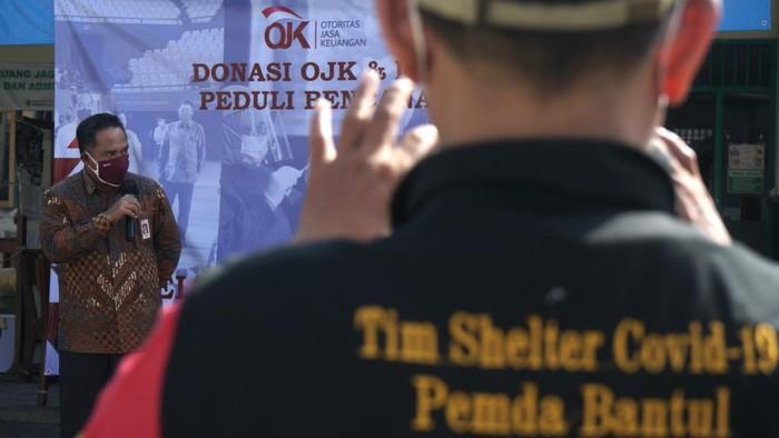 Kepala OJK Daerah Istimewa Yogyakarta (DIY) Parjiman memberikan pemaparan saat penyaluran bantuan OJK untuk penanganan COVID-19 di Shelter Tangguh COVID-19 RS Patmasuri, Panggungharjo, Sewon, Bantul, D.I Yogyakarta, Rabu (21/07/2021). Otoritas Jasa Keuangan (OJK) bekerjasama dengan Industri Jasa Keuangan (IJK) menyalurkan bantuan kepada Komunitas Sambatan Jogja (Sonjo) berupa uang sebesar Rp150 juta untuk penyediaan dukungan penganganan COVID-19 seperti APD level 3, wearpack level 2, vitamin dan Kasur serta kebutuhan lain yang diperlukan untuk shelter-shelter dan tim relawan di DIY. ANTARA FOTO/Andreas Fitri Atmoko/foc.