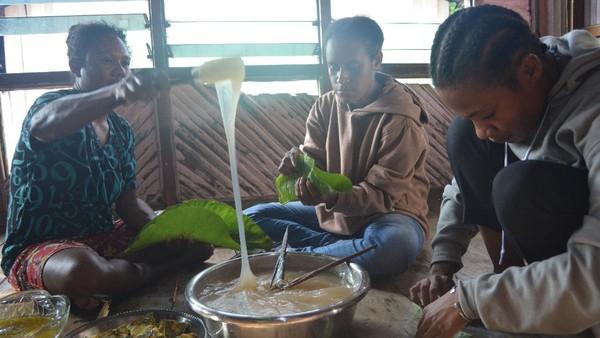 Masyarakat Kampung Abar di Distrik Ebungfauw, Kabupaten Jayapura punya kuliner khas, yaitu Papeda Bungkus. Papeda yang dibuat dari sagu dibungkus dengan menggunakan daun jati. Warga lokal menyebut inspirasinya berasal dari tempe di Jawa. (Hari Suroto/Istimewa)