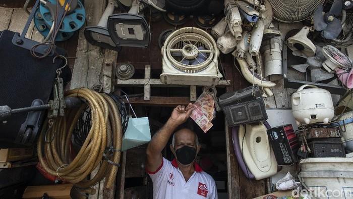 Kemensos dan Pos Indonesia menyalurkan bantuan tunai kepada keluarga penerima manfaat (KPM) di Kebon Jahe, Jakarta Pusat. Petugas mendatangi langsung rumah warga.