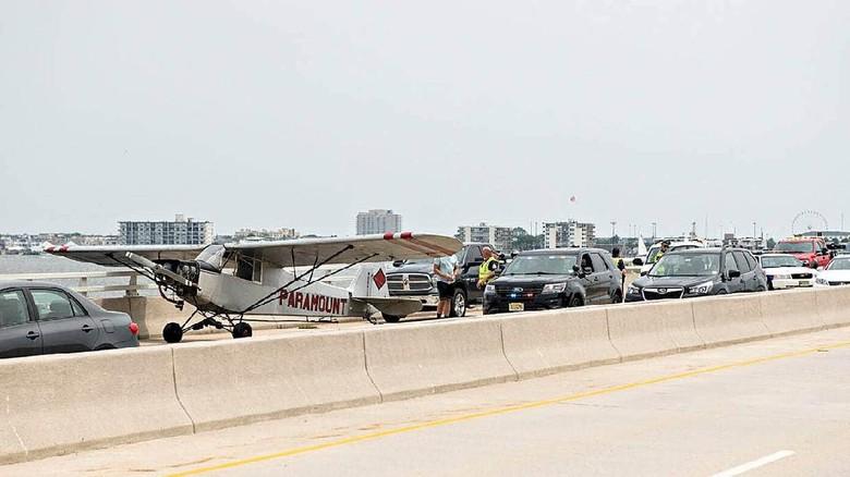 Pesawat Mendarart Darurat di Jembatan