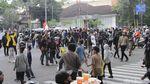 Polisi Bubarkan Massa Aksi Penolak PPKM di Bandung
