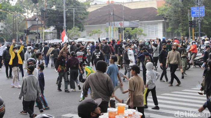 Polisi membubarkan massa aksi penolak Pemberlakuan Pembatasan Kegiatan Masyarakat (PPKM) yang menduduki persimpangan Dago-Sulanjana, Bandung.