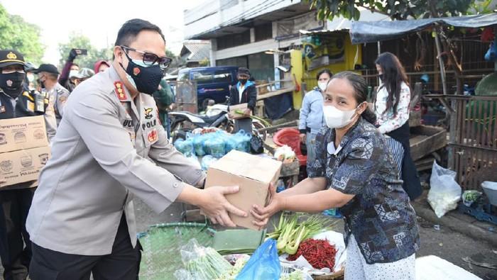 Polisi Distribusi Bansos di Bandung