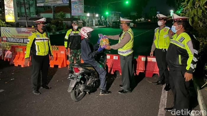 Banyak cara dilakukan polisi Sidoarjo untuk mempercepat penyaluran bantuan sosial, di masa PPKM Darurat. Salah satunya membagikan sembako ke pengguna jalan.