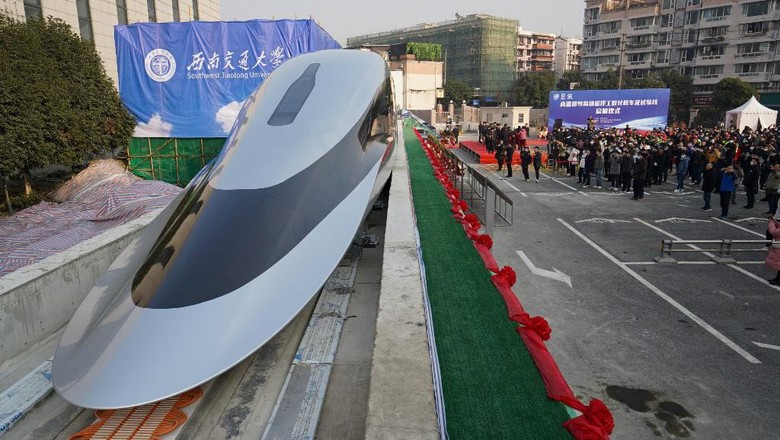 People visit a prototype magnetic levitation train developed with high-temperature superconducting (HTS) maglev technology at the launch ceremony in Chengdu, in southwestern Chinas Sichuan province on January 13, 2021. (Photo by STR / AFP) / China OUT