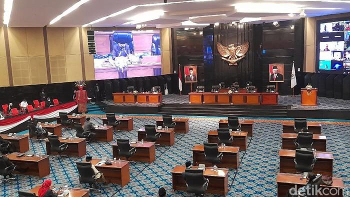 Rapat paripurna DPRD DKI Jakarta dalam rangka penyampaikan pidato penjelasan terhadap Raperda Perubahan atas Perda Nomor 2 Tahun 2020 Tentang Penanggulangan COVID-19 (Tiara Aliya/detikcom)