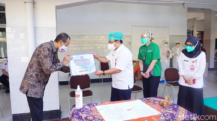 RSU dr Soetomo menerima sejumlah bantuan untuk meningkatkan penanganan pasien COVID-19. Saat ini, RSU merawat 592 pasien COVID-19 dengan gejala berat.
