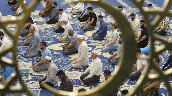 Umat Islam melaksanakan salat Idul Adha di sebuah masjid di Rusia. Salat berlangsung khusyuk.