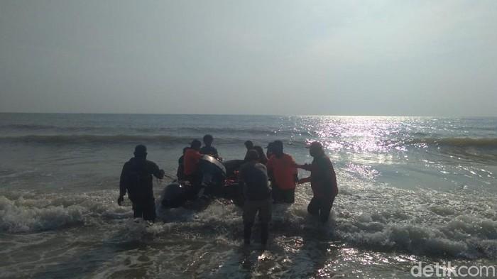 Jasad Muhammad Ridwan (16) sudah ditemukan. Ia merupakan santri yang terseret ombak laut utara Tuban saat mencuci jeroan sapi kurban, Selasa (20/7).