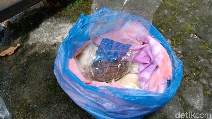 Sebuah granat nanas ditemukan warga Kecamatan Danau Sipin, Kota Jambi saat membersihkan halaman rumahnya. Granat telah diamankan pihak TNI. (Ferdi Almunanda/detikcom)