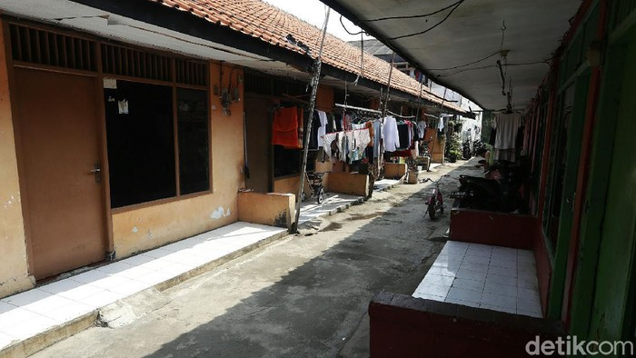 PPKM Darurat kembali diperpanjang oleh pemerintah. Diperpanjangnya PPKM Darurat berdampak pada penghuni kontrakan di wilayah Kota Bekasi yang terlihat sepi dari aktivitas.