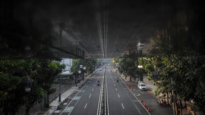 Warga melintas di samping spanduk pengumuman jam operasional di salah satu pusat perbelanjaan di Kota Bandung, Jawa Barat, Rabu (21/7/2021). Menindaklanjuti arahan Presiden Joko Widodo, Pemerintah Kota Bandung kembali memperpanjang PPKM hingga 25 Juli mendatang dengan melonggarkan beberapa kebijakan guna mencegah penyebaran COVID-19. ANTARA FOTO/Raisan Al Farisi/foc.