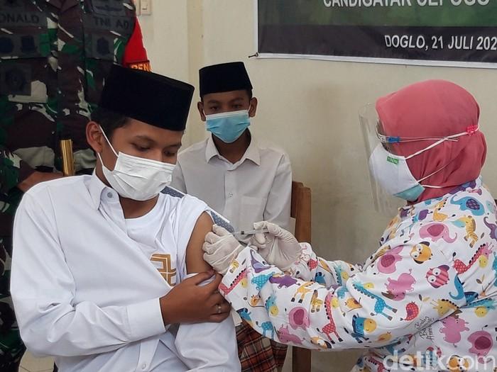 Pelaksanakan vaksinasi  COVID-19 tak hanya diberikan kepada masyarakat. Serbuan vaksinasi dari Kodim 0724/Boyolali juga menyasar pondok pesantren.