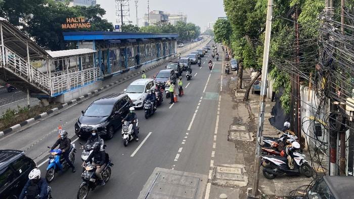 Suasana titik penyekatan Jalan Mampang Prapatan, Jaksel, Rabu (211/7/2021).