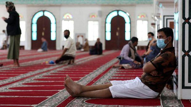 Umat muslim di Taez, Yaman  (Photo by AHMAD AL-BASHA / AFP)