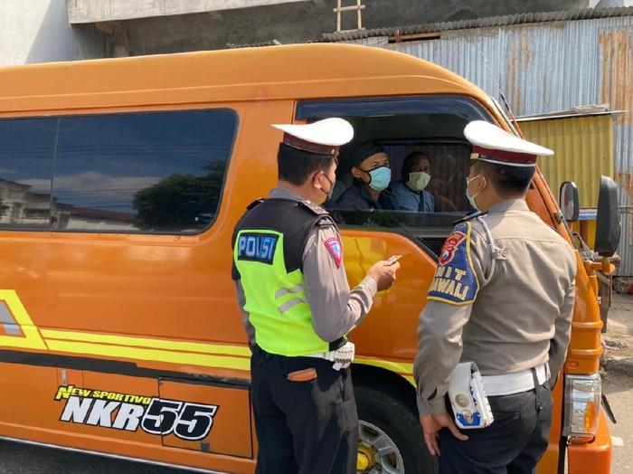 Di masa PPKM Darurat, polisi Ponorogo menilang sopir travel gelap. Kendaraan itu membawa 10 penumpang dari Purwantoro, Jawa Tengah menuju Surabaya.